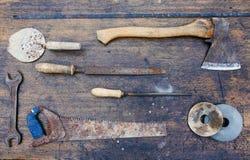 Satz Werkzeuge auf einem hölzernen Hintergrund Stockfoto