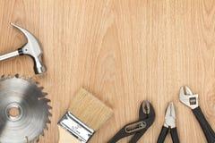 Satz Werkzeuge auf hölzernem Hintergrund Stockfoto