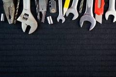 Satz Werkzeuge auf schwarzem Hintergrund Stockfotografie