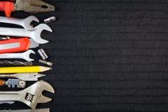 Satz Werkzeuge auf schwarzem Hintergrund Stockfoto