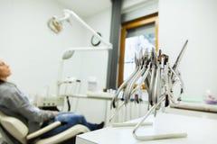 Satz Werkzeuge der medizinischen Ausrüstung des Metallzahnarztes in der zahnmedizinischen Klinik Stockfotografie