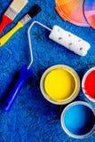 Satz Werkzeuge für das Malen auf die blaue hölzerne Schreibtischhintergrundoberseite konkurrieren stockbild