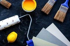 Satz Werkzeuge für das Malen auf die schwarze Steinschreibtischhintergrundoberseite konkurrieren stockfotografie