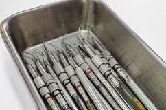 Satz zahnmedizinische Werkzeuge auf Edelstahl-Behälter Stockfoto