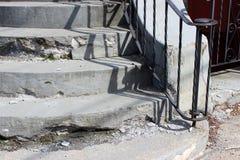 Satz Zementtreppe mangels der Reparatur mit schwarzem Schmiedeeisengeländer für Unterstützung Lizenzfreies Stockbild