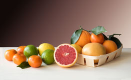 Satz Zitrusfrüchte auf einem weißen Holztisch Stockbilder
