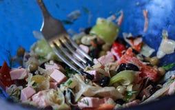 黑豆、sauages和菜沙拉关闭 库存图片