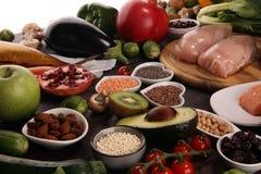 Saubere Essenauswahl des gesunden Lebensmittels Frucht, Gemüse, Samen, superfood, Getreide, Blattgemüse auf rustikalem Hintergrun stockfoto
