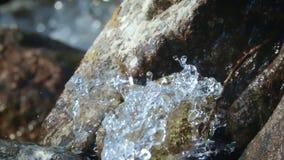Saubere, Glazial- trinkende Wasserströme unten von den Bergen stock video footage