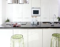 Saubere Innenarchitektur der modernen weißen Küche lizenzfreie stockbilder