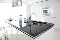 Saubere Innenarchitektur der modernen weißen Küche Stockbilder