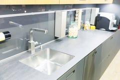 Saubere Innenarchitektur der Plastikküche Stockbilder