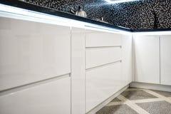 Saubere moderne weiße Küche der Innenarchitektur mit gemalten Türen stockfoto