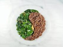 Saubere Nahrungsmittelbalancierte thailändisches Nahrungsmittelgemüse gebratenen YinYang-Naturreis stockfotos