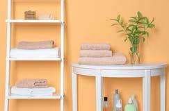 Saubere Tücher im Badezimmer Stockbilder
