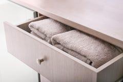 Saubere Tücher im offenen Fach lizenzfreie stockfotografie