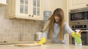 Saubere Tabelle der jungen Frau an der Küche stock video footage