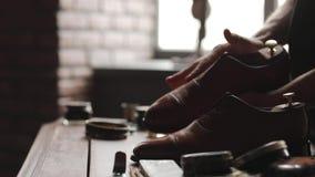 Saubere Vorlagenstiefel der Schuhe stock video