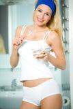 Saubere Zähne der Frau im Badezimmer Lizenzfreies Stockfoto