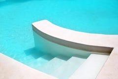 Sauberer Aufbau des weißen Pooltürkis-Wassers stockbilder