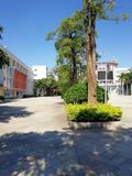 Sauberer Himmel, schöne Schule in China lizenzfreies stockbild