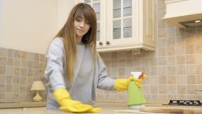 Sauberer Küchentisch des jungen schönen Mädchens mit Reinigungsmittel stock video
