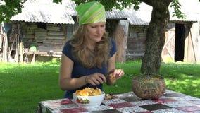 Sauberer kleiner Pfifferling der Frau in der Platte bei Tisch im Garten 4K stock video