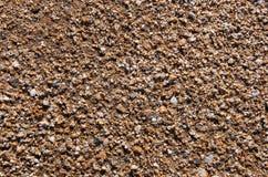 Sauberer Marinesand mit kleinen farbigen Steinen Stockbilder