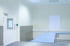 Sauberer Raum mit Tabellen Lizenzfreies Stockfoto