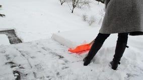 Sauberer Schnee der einsamen Frau stock video footage
