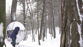 Sauberer Schnee der Frau von der Designinstallation der modernen Kunst am Winterpark 4K stock footage