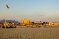 Sauberer und bequemer Strand in Viareggio in Toskana bei Sonnenuntergang Stockfotografie
