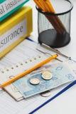 Sauberer Versicherungsfreier raum, polnischer Zloty, Sparschwein und Bleistifte Stockbilder