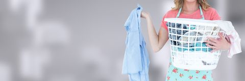 Saubererer haltener Wäschekorb mit hellem Hintergrund Stockfotografie