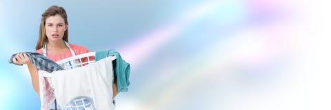 Saubererer haltener Wäschekorb mit hellem Hintergrund Lizenzfreies Stockfoto