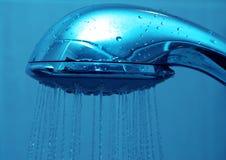Sauberes blaues Wasser der frischen Dusche Stockbild