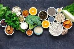 Sauberes Essen des gesunden Lebensmittels der Draufsicht der Kalziumvegetarier stockbild