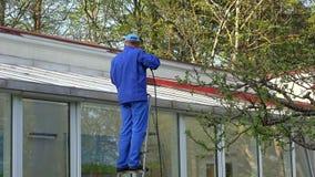 Sauberes Fenster der männlichen Arbeitskraft des Glashauses stock video