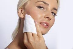 Sauberes Gesicht der jungen Frau mit Feuchtpflegetüchern Stockfotos