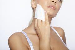 Sauberes Gesicht der jungen Frau mit Feuchtpflegetüchern Lizenzfreie Stockfotografie