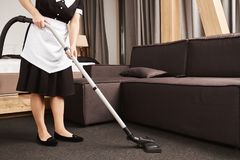 Sauberes Haus ist für Produktivität Schlüssel Geernteter Schuss der Hausgehilfin während der Arbeit, Reinigungswohnzimmer mit Sta lizenzfreie stockfotos