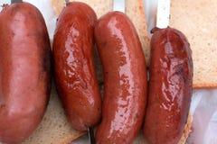 Saucages op de grill in natuurlijke voorwaarden stock fotografie