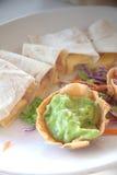 Quesadillas avec de la sauce à guacamole images libres de droits