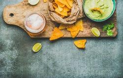 Sauce à guacamole, puces de maïs, bière en verre, l'espace de copie Photos libres de droits