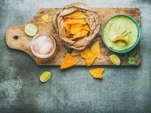 Sauce à guacamole, puces de maïs, bière en verre, vue supérieure Photos libres de droits