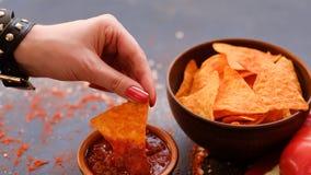 Sauce à immersion de main de casse-croûte de nourriture de frite de nacho de tortilla image libre de droits