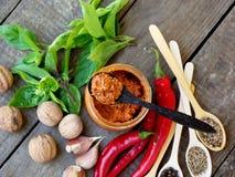 Sauce à la maison géorgienne à adjika de poivron rouge chaud, de basilic, de noix, d'ail, de fenugrec, de graines de fenouil, de  Photographie stock