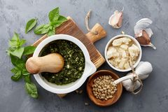 Sauce à pesto de Basil et ingrédients principaux Images stock