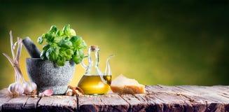 Sauce à pesto de préparation - mortier avec des ingrédients de recette italienne photo libre de droits