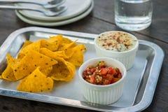 Sauce à Salsa avec des puces de nacho et épinards cuits au four avec du fromage image stock